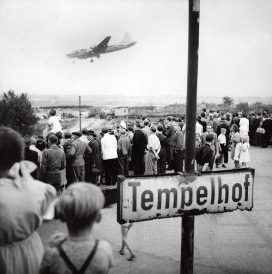 Ein Rosinenbomber Im Anflug Auf Tempelhof Berlin